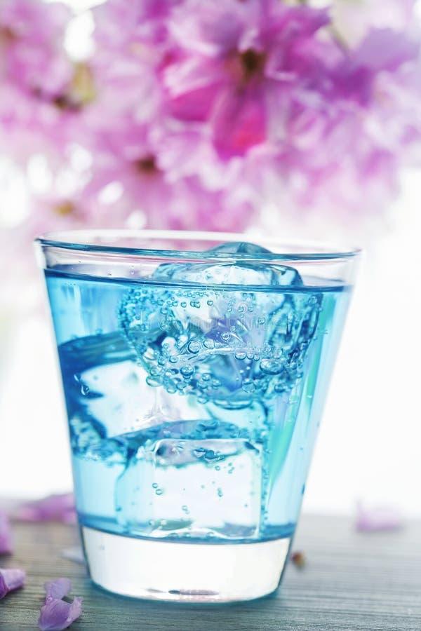 De blauwe drank giet stock afbeeldingen