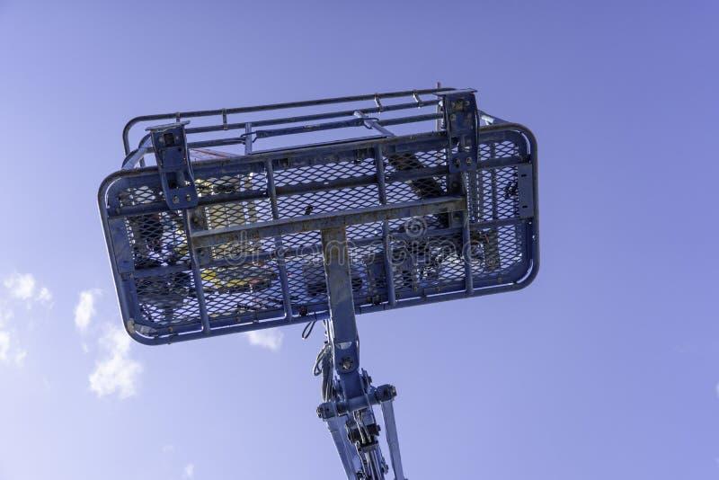 De blauwe duidelijke hemel van Cherry Picker Crane Underneath royalty-vrije stock foto
