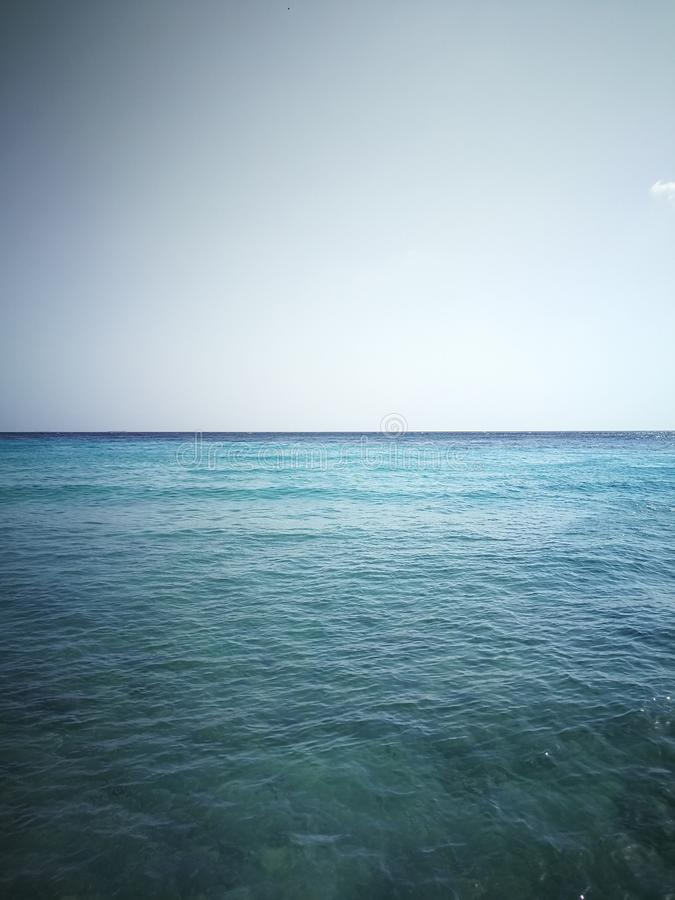 In de blauwe en duidelijke horizon royalty-vrije stock foto's