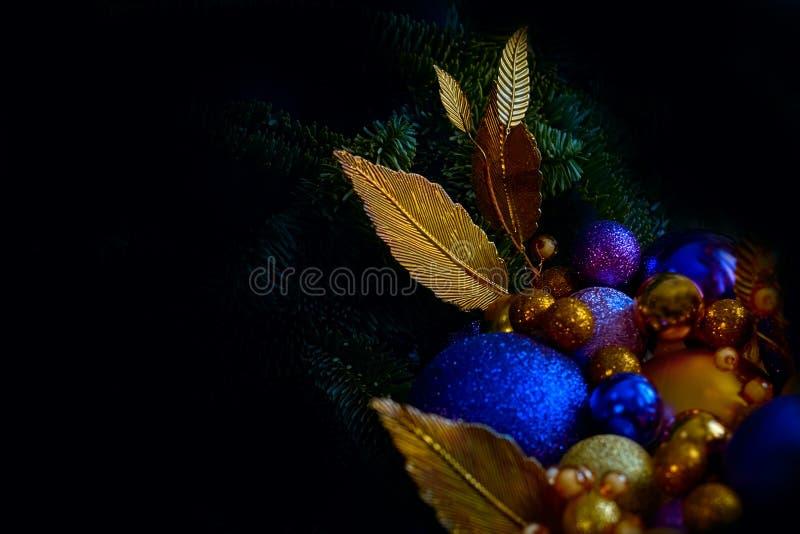 De blauwe en gouden Kerstmisballen op een close-up van de Kerstmisboom bekijken in rustig met een exemplaarruimte royalty-vrije stock afbeelding