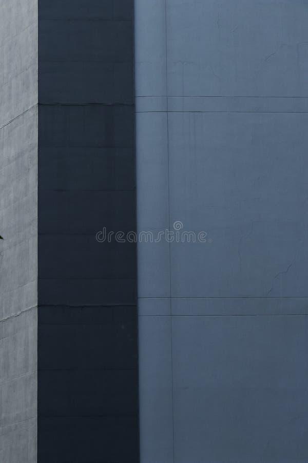 De blauwe en grijze muur in verticaal beeld geeft de ruimte van de de bouwarchitectuur voor tekst gestalte royalty-vrije stock foto's