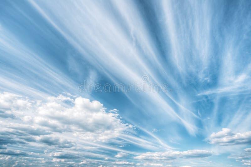De blauwe en Witte Abstracte Achtergrond van de Kleuren Natuurlijke Hemel stock afbeeldingen