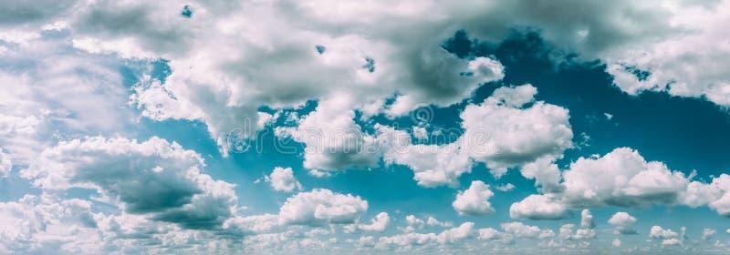 De blauwe en Witte Abstracte Achtergrond van de Kleuren Natuurlijke Hemel Panorama royalty-vrije stock foto's