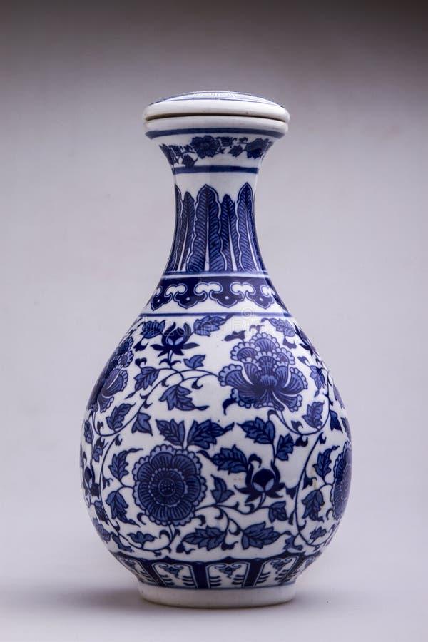 De blauwe en witte vaas van het pioenpatroon met dekkingscijfer stock foto's