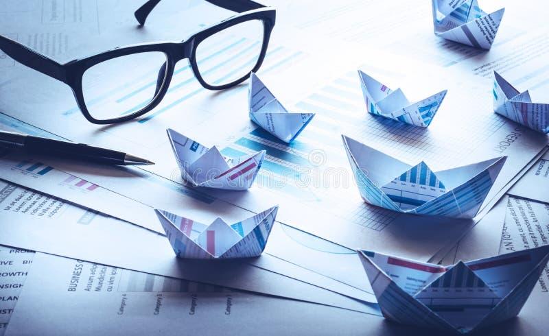 De blauwe filter voert beelden van glazen en pen met groep boot uit stock fotografie