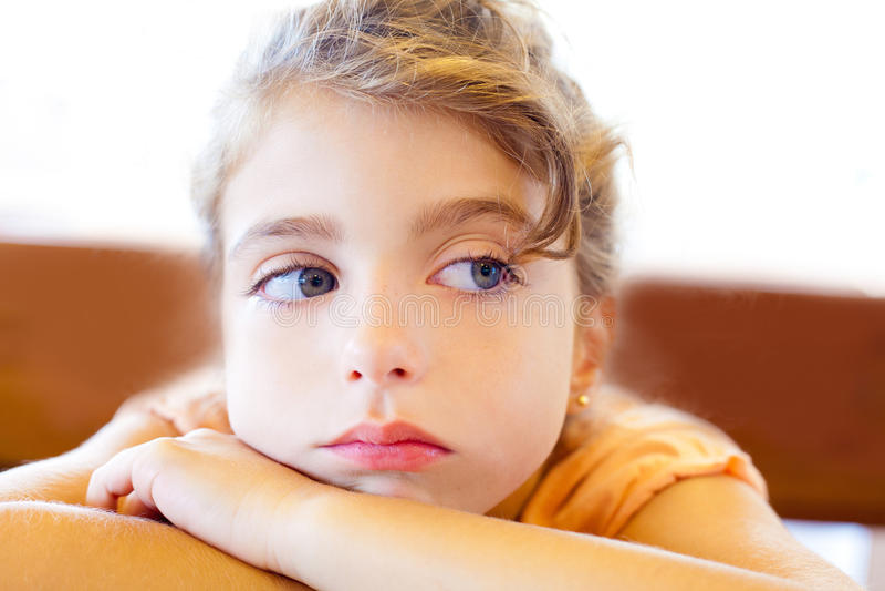 De blauwe gekruiste wapens van ogen droevige kinderen meisje royalty-vrije stock foto's