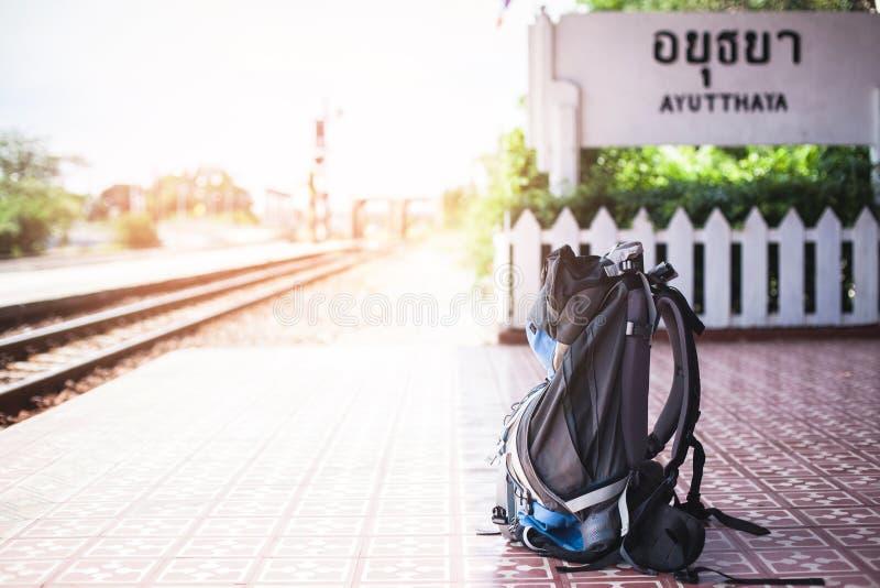 De blauwe gezette Reisrugzak doet leunen houten bank in Ayutthaya-station royalty-vrije stock afbeelding