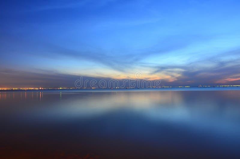 De blauwe hemel in de avond stock foto