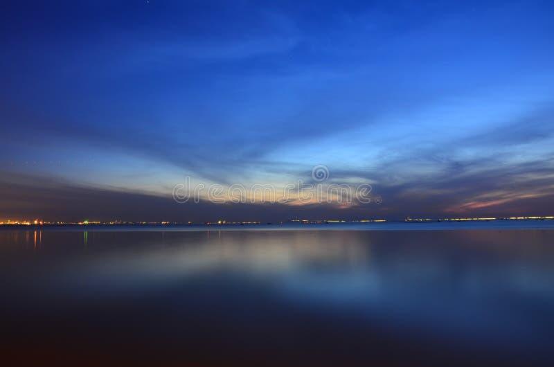 De blauwe hemel in de avond stock afbeeldingen