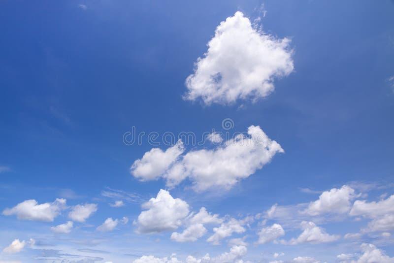 De blauwe hemel betrekt Aard stock afbeeldingen