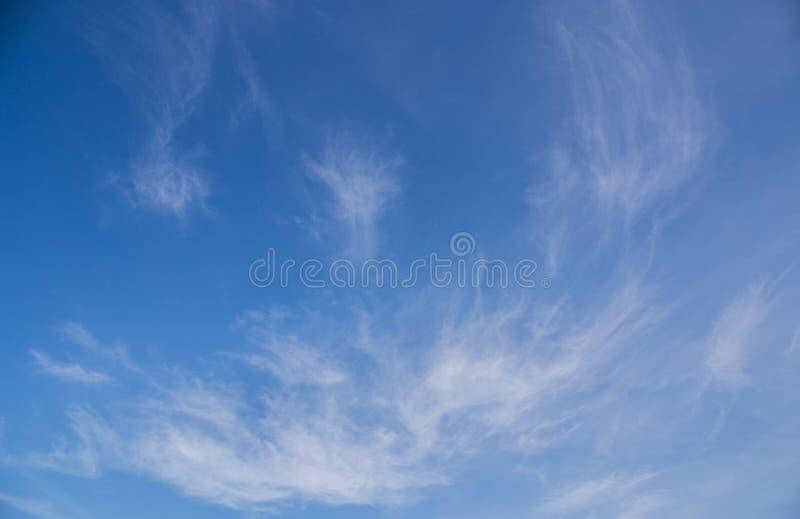 De blauwe hemel betrekt achtergrond royalty-vrije stock afbeeldingen