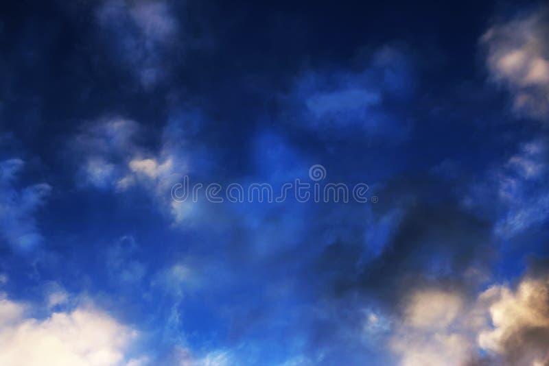 De blauwe hemel betrekt van de achtergrond muurkunst schilderijen, mooie kleuren, behang stock illustratie