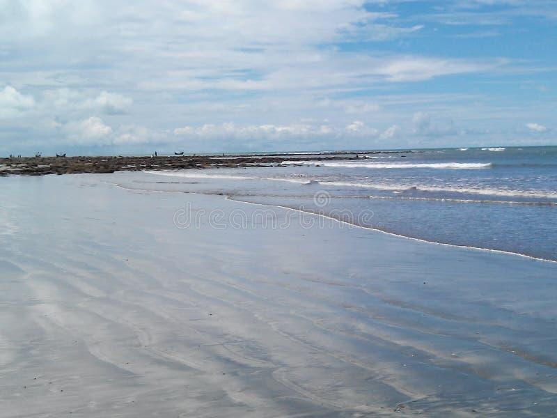 De blauwe hemel boven het blauwe strand zelf is St Martin& x27; s Eiland Bangladesh Cox& x27; s Bazar stock foto's