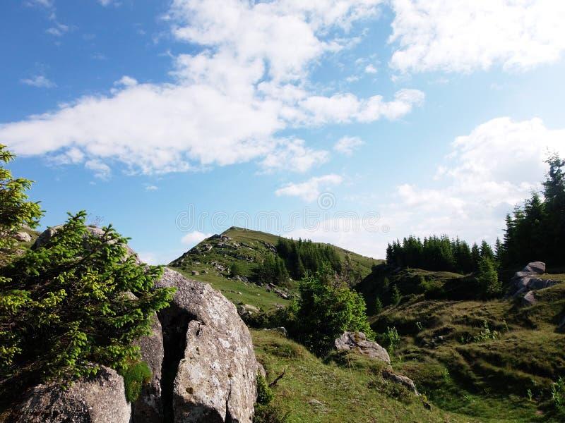 De blauwe hemel en een kleine bergheuvel stock fotografie