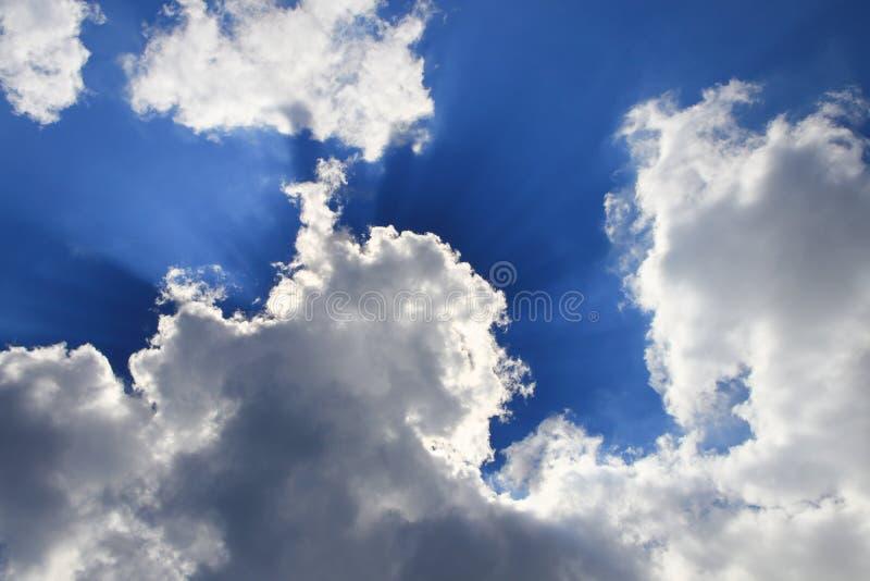 De blauwe hemel levendig met wolk en raincloud, het Gebied met Ray van de Lichte mooie kunst van aard en exemplaarruimte voor voe stock foto's
