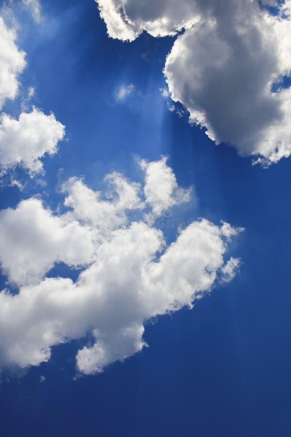 De blauwe hemel levendig met wolk en raincloud, het Gebied met Ray van de Lichte mooie kunst van aard en exemplaarruimte voor voe royalty-vrije stock afbeeldingen