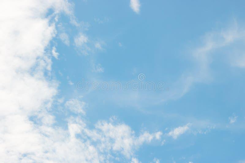 De blauwe hemel met wit kon royalty-vrije stock afbeelding