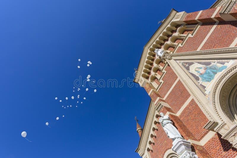 De blauwe hemel van de huwelijkskerk stock afbeeldingen