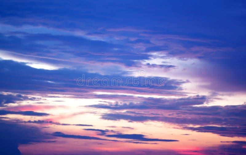 De blauwe hemel van de kleurenzonsondergang. stock fotografie