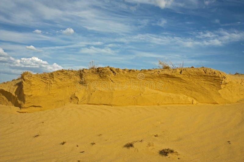 De blauwe hemel van het zandduin whith stock foto