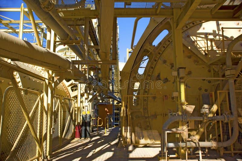 De blauwe hemel van de mijnbouwinfrastructuur stock afbeelding