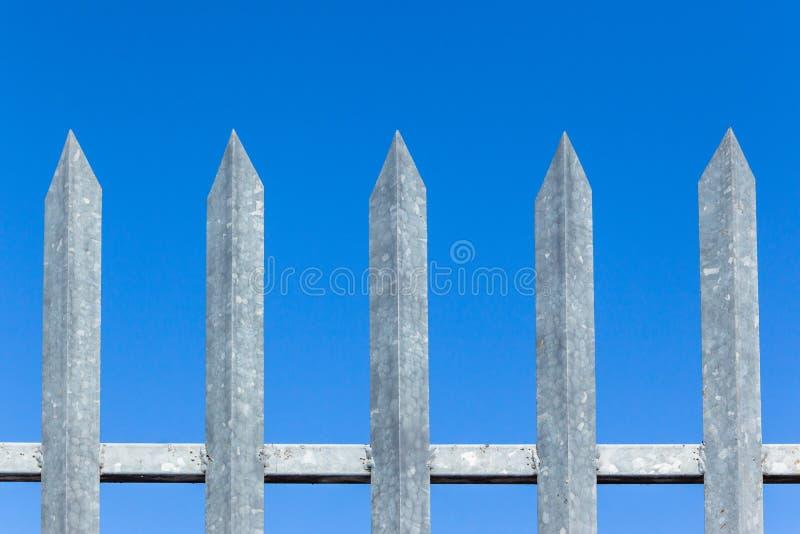 De Blauwe Hemel van omheiningssteel spikes closeup stock afbeeldingen