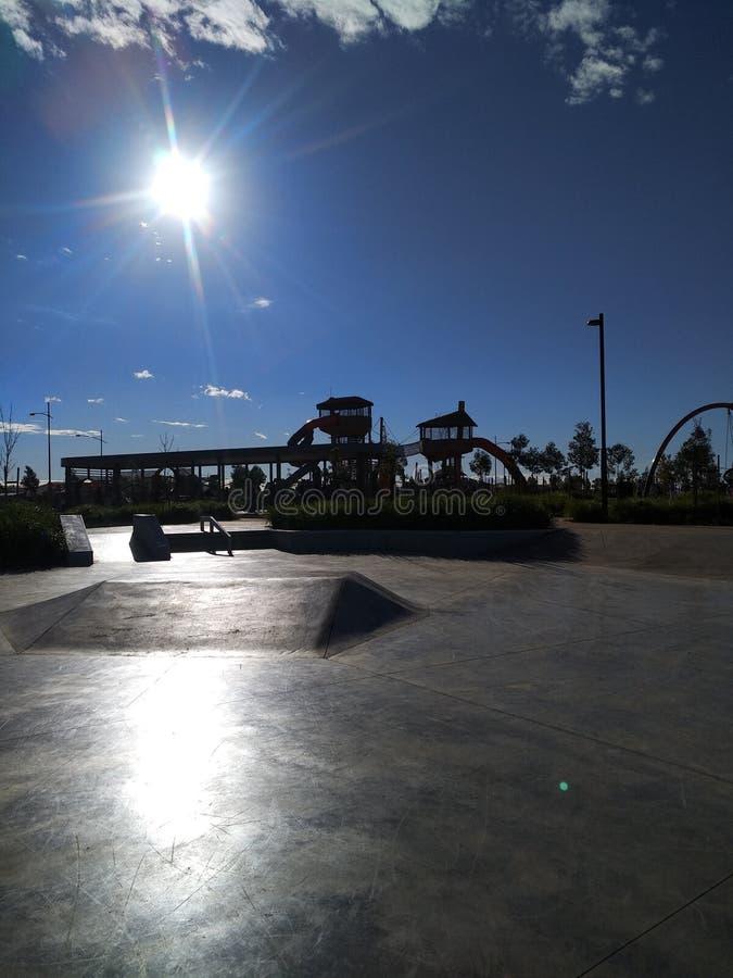 De blauwe hemel van de Skateparkzon stock afbeeldingen