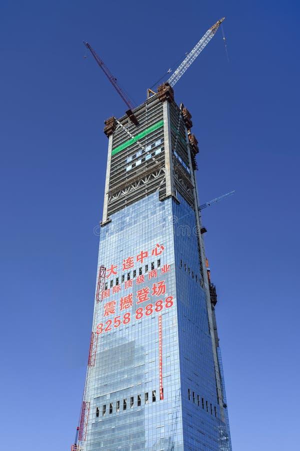 De blauwe hemel van wolkenkrabber in aanbouw againsta, Dalian, China royalty-vrije stock foto
