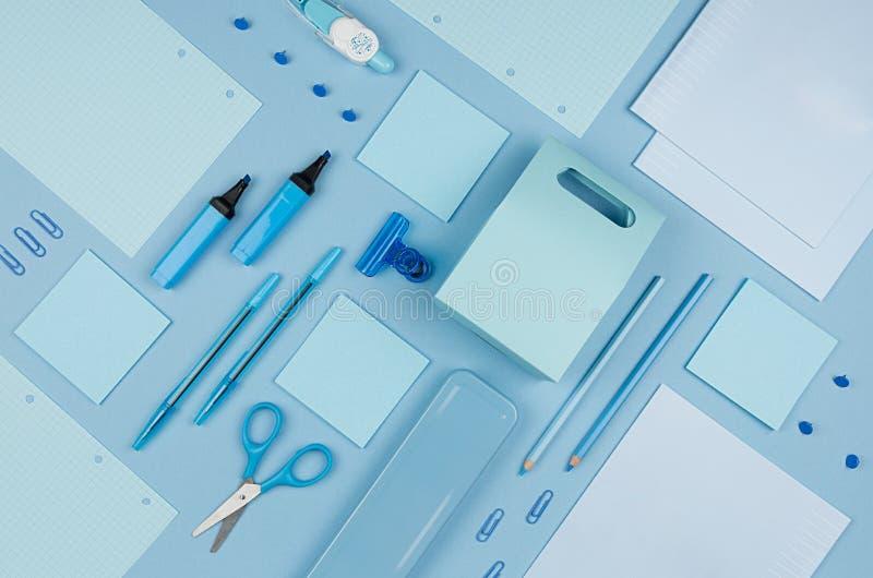 De blauwe inzameling van de bureaukantoorbehoeften op zachte pastelkleur blauwe document achtergrond, hoogste mening royalty-vrije stock afbeelding