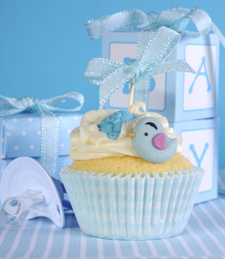 De blauwe jongen van de themababy cupcake met leuke vogels royalty-vrije stock foto