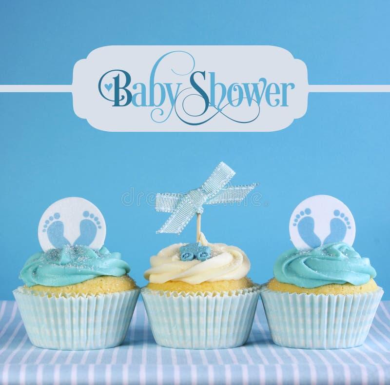 De blauwe jongen van de themababy cupcakes met de tekst van de groetsteekproef stock foto