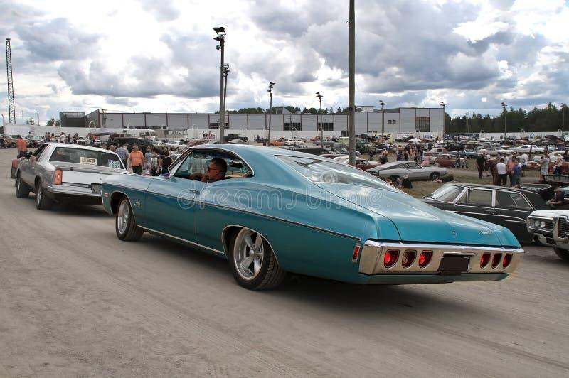 De blauwe klassieke auto bij auto toont stock afbeeldingen