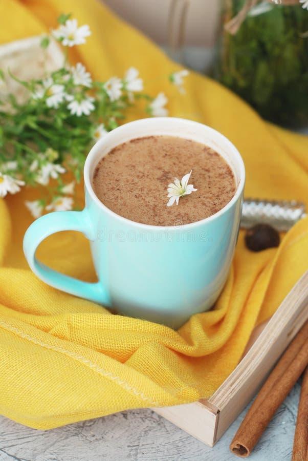 De blauwe Kop van Koffiemelk Latte drinkt Pijpjes kaneel Houten Geel Servet Als achtergrond de Rustieke Vlakte van Buquet van de  royalty-vrije stock afbeelding