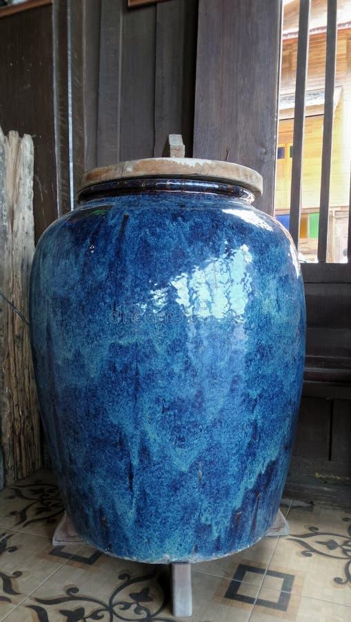 De blauwe kruik van het celadonwater en houten deksel royalty-vrije stock afbeelding