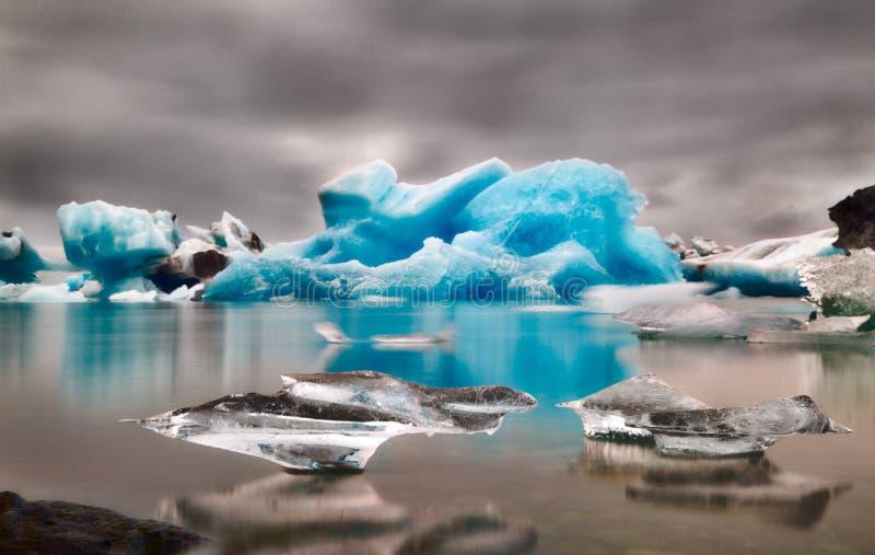 De blauwe lagune van het ijsjokulsarlon van de gletsjerafwijking stock foto's