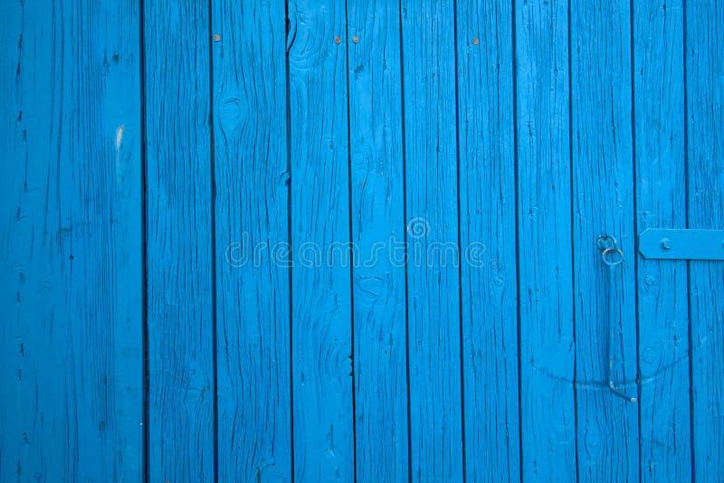 De blauwe landbouwbedrijfschuur wierp deur af stock fotografie