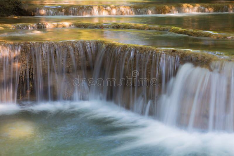 De blauwe muren van het stroomwater in diep bos stock afbeeldingen