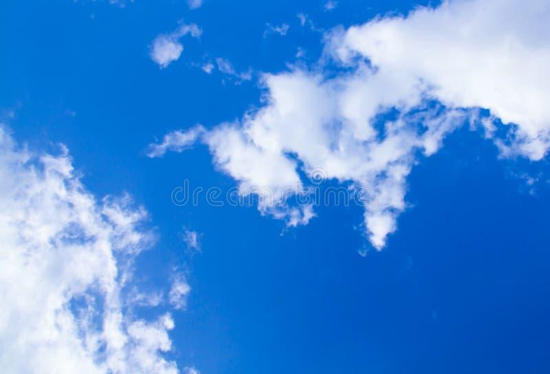 De blauwe natuurlijke achtergrond van hemel witte wolken Substraat van de het beeldbasis van de indigotextuur het contractuele stock afbeelding