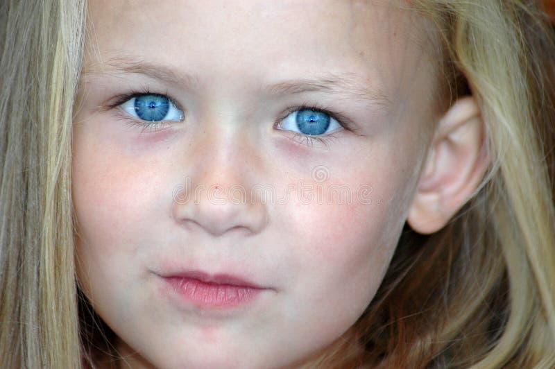 De blauwe ogen van het kind stock foto's