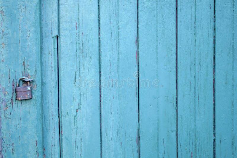 De blauwe oude van de het hangslotveiligheid van de verf houten deur achtergrond van de het slotingang stock afbeeldingen