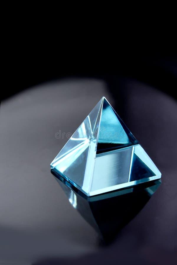 De blauwe piramide van het aquamarijnkristal stock afbeelding
