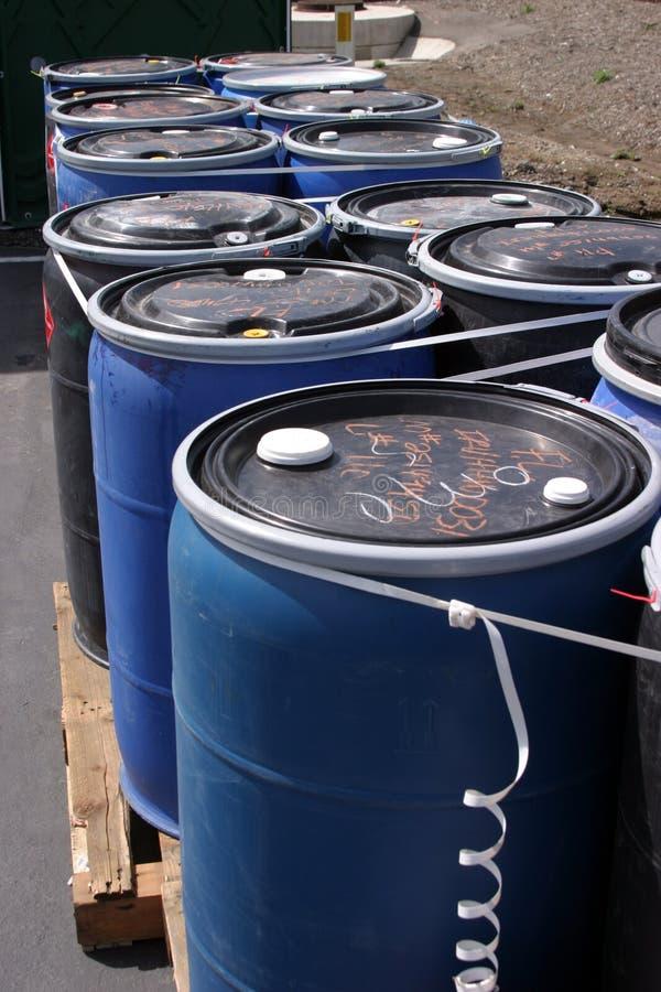 De blauwe plastic 55 gallon trommelt hoogtepunt van divers brandbaar afval bij een recyclingsinstallatie royalty-vrije stock foto's