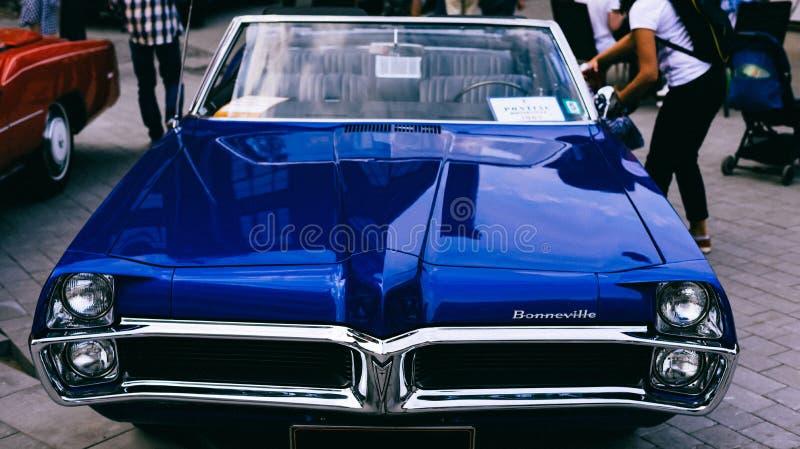 De Blauwe retro auto's van Pontiac Bonneville 1967 van de oude steekproef stock afbeelding