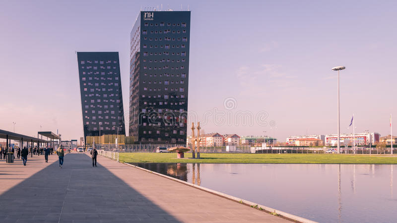 De blauwe schuine torens van NH Hotel in Milaan stock afbeelding