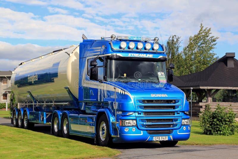 De blauwe Semi Tankwagen van Scania T580 van Forsgards op Vertoning stock afbeeldingen