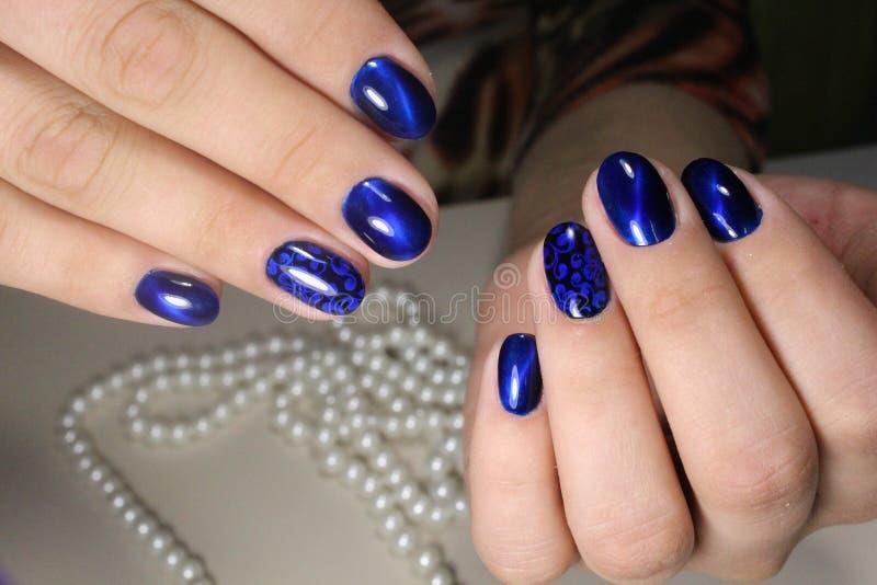 De blauwe spijkers van het manicureontwerp royalty-vrije stock foto