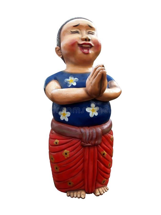 De blauwe t-shirts van de jongensslijtage en het rode lendendoek glimlachen en gezette handen samen in gebedpositie voor groet he stock foto