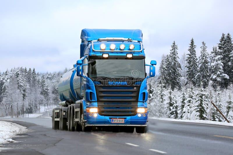 De blauwe Tankwagen van Scania R500 op de Weg in de Winter stock foto