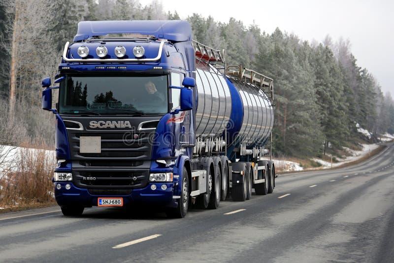 De blauwe Tankwagen van Scania R580 op de Weg op Frosty Morning stock afbeelding