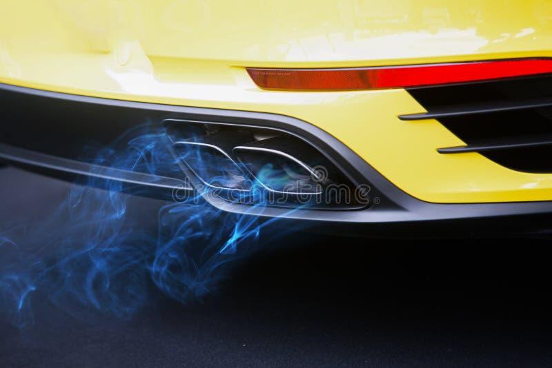 De blauwe uitlaatpijp van de de verontreinigingsauto van het brandstofgas royalty-vrije stock fotografie